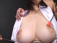 綺麗な乳輪してる美巨乳女子校生と男ふたりがかりで乳首吸っちゃう!
