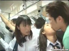 バスの中で二人組の女子校生を同時にレイプする痴漢男! マンコの違いを楽...