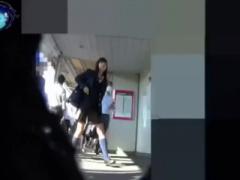パンチラ 制服JKを電車内でスカートめくってパンチラ盗撮! ローアングルか...