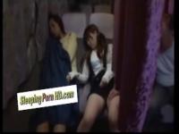 深夜バス車内で母親が熟睡してる隙にミニスカ娘を狙うハゲオヤジww