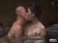 湯けむりが香る露天風呂で巨乳人妻を立ったままピストンして中出しする野...