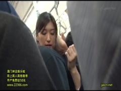 電車内で身体を密着させ背後からチンポ握ってシコシコする痴女