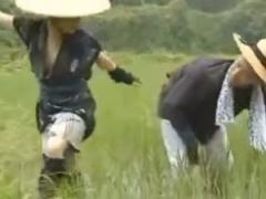 ヘンリー塚本 田舎の農村で若い娘が青姦ファック!