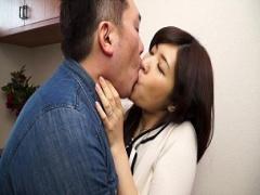寝ている夫にバレないように男の友人と不倫濃厚接吻SEXをする上品な人妻