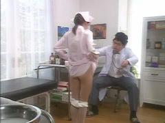 ヘンリー塚本 看護婦で芸能人並のルックスの貧乳の美少女が変態医者に言わ...