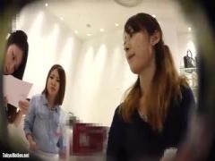 キレイな美人アパレルショップ店員に接客させながらスカートの中を逆さ撮...