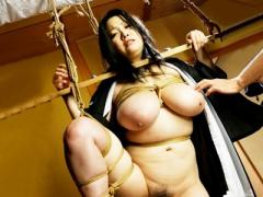 喪服姿の着物未亡人の爆乳人妻M女がギロチン拘束と緊縛で男達から淫辱のSM...