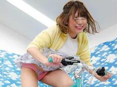 謝礼目当てでエロゲームに参加した素人娘たちが自転車強風でパンチラから...