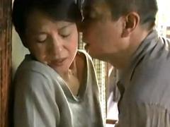 夫が長期出張で居ない間に義父や男とやりまくる四十路母!