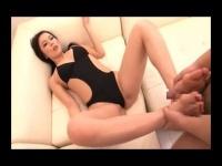 妖艶な痴熟女の生足コキで大量射精させられるM男動画