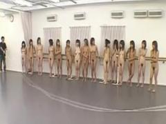 全裸のお姉さん達が大勢集まってジャンプするエロ企画