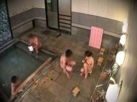 恥ずかしすぎる素人女子大生が男湯で男性客のおちんちんにリボンを結ぶ!