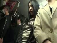 満員バス内でチ〇ポが当たり睨みつける女性! 謝りながらグイグイ押し付ける