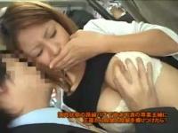 満員バスで人妻にチ○ポを擦り付ける痴漢! デカチンを見て思わず握りシゴく女たち