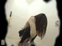 和式トイレ盗撮! 真下からのアップで勢いよく放尿、おしっこ音まで聞こえる