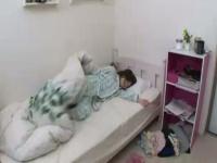 ノーブラパンツ丸出しで寝てる娘にいたずらする父! 我慢できずに挿入、喘ぐ娘