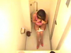 お尻丸見えバドガールのトイレ盗撮! ピチピチ衣装で股を広げてタンポン挿入