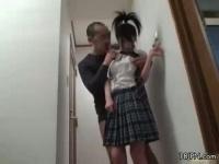 親にバレないように娘にいたずらする叔父! 声を出さなくてもローターの音...