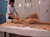 エロマッサージ 疲れを癒しにマッサージ店にやってきた美人妻さんがエロマッサージ師に裸にされいつの間にやら性感マッサ...
