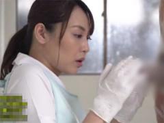 患者のギン勃ちチンポに心を奪われスロー手コキするおばさん看護師