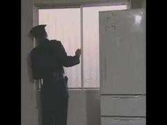 ヘンリー塚本 現役警官のフリをして若い娘を自宅に連れ込み騙してセックス