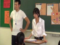 女教師 性教育の実習で生徒の前で同僚教師のチンポで突かれ中出しを教える...