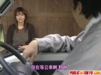 ヘンリー塚本 田舎のバス停留所、色っぽい人妻との人目を気にしての情事