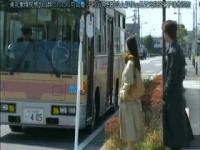 ヘンリー塚本 バスの中でコートに手に入れ手コキする淫乱四十路熟女