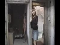 廃墟で全裸の男優花岡じったに服着たまま即ハメされた美女が痙攣絶頂アクメ