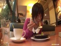 小倉ゆずほどの美人がスプーン使ってご飯食べてるとこって唇...