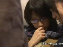 電車でレズビアン痴漢を受けるメガネJK動画