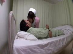 ナース 患者にオナニーを見せつけられ体を触られると興奮しチンポを咥えちゃう看護婦さん