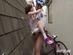 練習帰りに自転車部の先輩を路地裏でで誘惑そのまま野外露出セックスする...