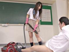 美少女JKが同級生に制服ミニスカパンチラを見られブチギレ! 掃除機で勃起...