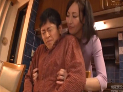 ドスケベおばさん、ママ友の息子を誘惑しおちんちんを欲しがるww