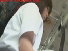 電車通学中にお尻こすりつけ痴漢されるJKの動画