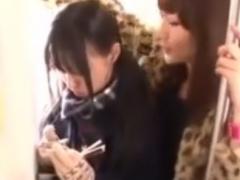電車で垢抜けないJKをレズ痴漢するお姉さん動画