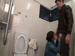 淫乱お姉さんが公衆トイレでデカチンほうばり舐めまくる ヒクヒク痙攣発情...