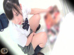 盗撮 性欲を持て余す女子校生達がトイレで覚えたてのオナニーの快感に耽る