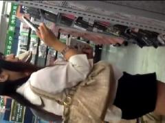 パンチラ盗撮 綺麗なミニスカお姉さんを店内で隠撮する変態盗撮魔!