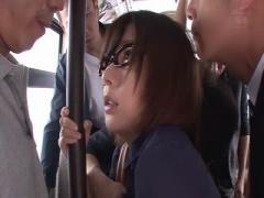 バスで集団痴漢レイプされるメガネお姉さん動画