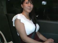 33歳つぐみ 爆乳妻が初めての精飲ごっくん体験!