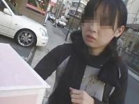 野外でお姉さん女優に手コキをさせる企画系の動画