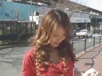 野外でギャルのお姉さん女優に手コキさせる企画系の動画