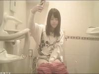 おしっこしながら自撮り! トイレでスマホ片手にかわいい顏を斜め上から撮...