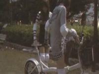 美人2人が電マ自転車2人乗りバージョンにイかされて潮吹きしてしまう