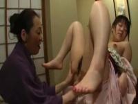 和服熟女にクンニで感じさせられるレズ動画