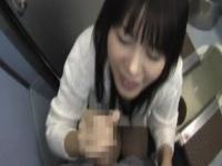 電車のトイレでシコペロ抜いてくれる口便器娘の着衣フェラで口内射精!