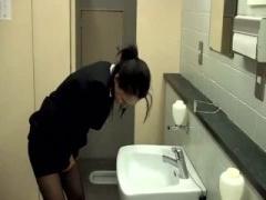 クールなキャリアウーマンをトイレで襲って顔射レイプ