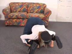 海外のモデル系美女がミニスカ美脚調教でM男は窒息寸前の動画